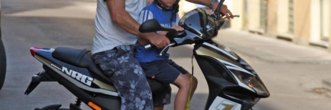 Trasporti bambini in scooter o moto? Sei sicuro di sapere qual è il modo corretto di farlo?